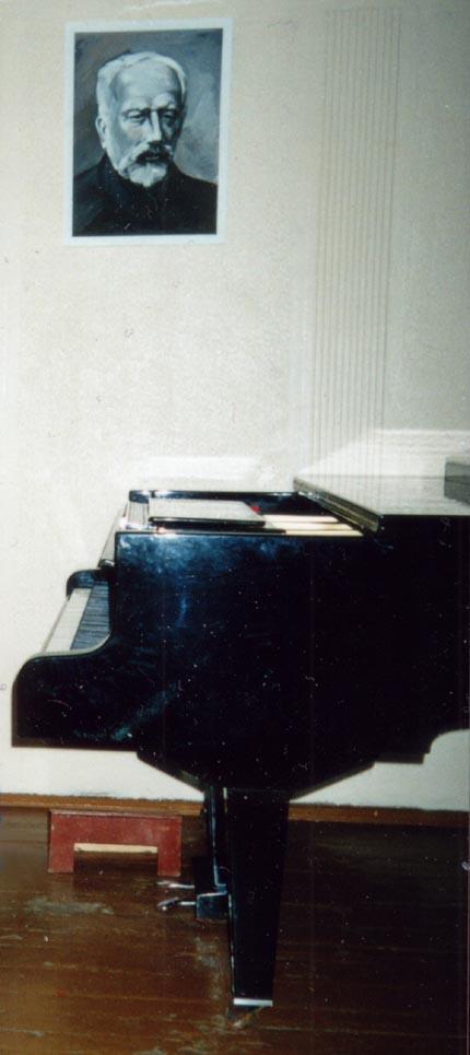 Мастер настройщик пианино из музыкальной школы