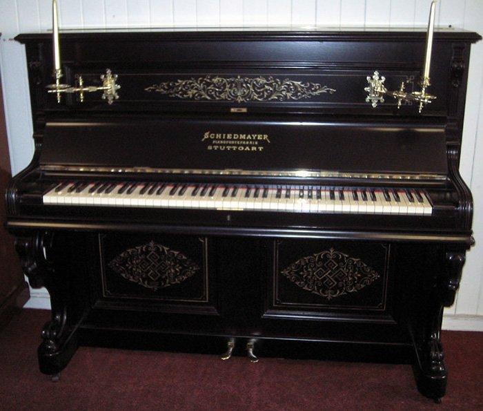 красивый внешний вид пианино Schiedmayer