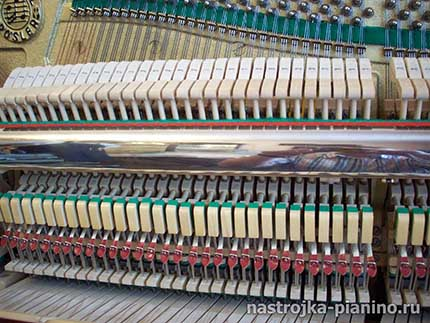 пианино со снятой крышкой